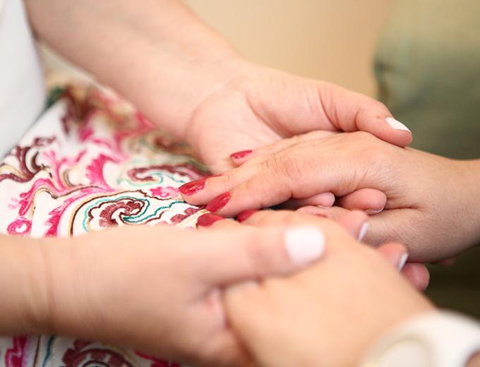 שרה לוי מחזיקה ידיים