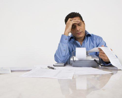גבר עם בעיות פיננסיות