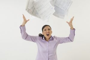 אישה כועסת על המצב הפיננסי
