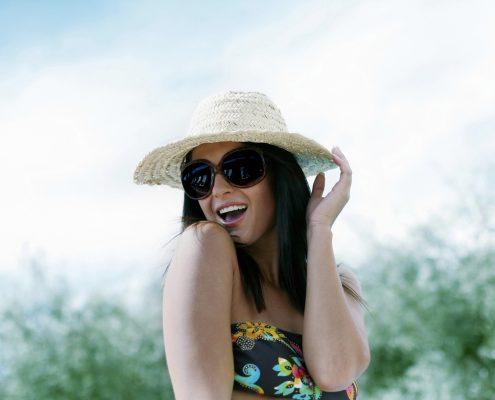 אשה בכובע