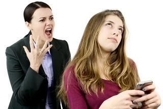 אימא כועסת על נערה