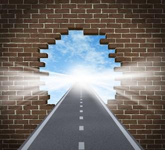 כביש עובר דרך קיר שבור