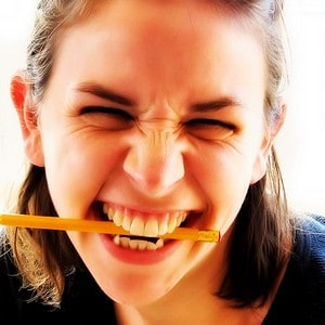 נערה נושכת עפרון